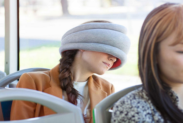 Ostrich Pillow Light, um travesseiro portátil para cochilos em público