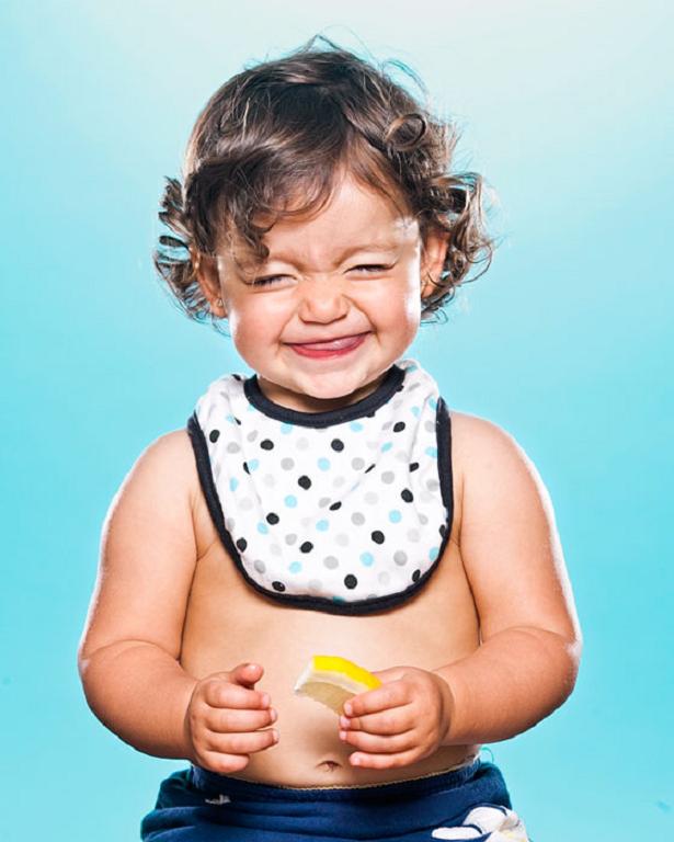 Divirta-se com as reações destes bebês provando limão pela primeira vez