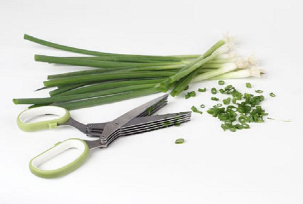 A tesoura de 5 lâminas que ajuda a cortar os ingredientes de forma rápida e prática