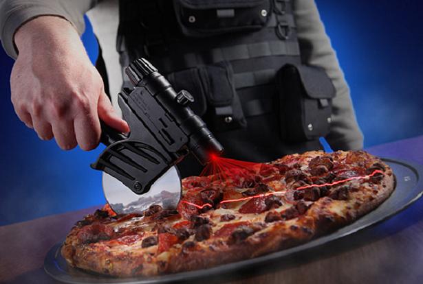 Conheça o cortador de pizza com guia a laser mais justo que você já viu