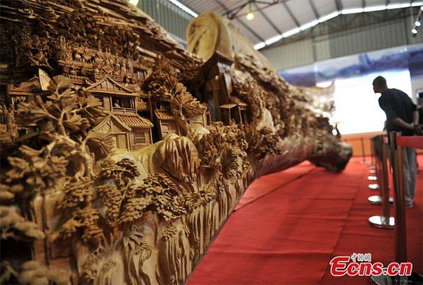 Artista chinês levou 4 anos para criar a mais longa escultura de madeira do mundo