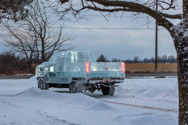 Conheça a caminhonete de gelo que bateu recorde no Canadá