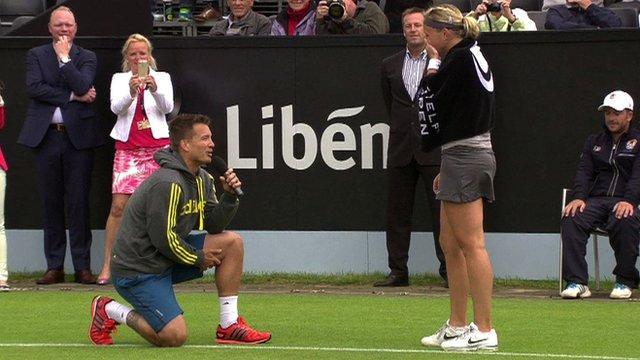 Este Tenista Interrompeu A Partida De Tênis Da Namorada, Respirou Fundo E Fez Isso… Quanta Emoção!