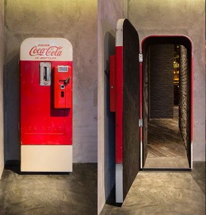 Há Um Segredo Por Trás Desta Velha Máquina De Coca Cola Na China. E Você Não Vai Acreditar Quando Descobrir O Que É.