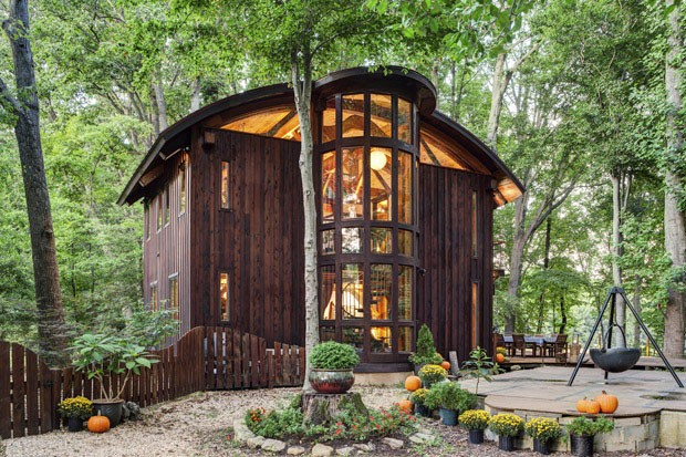 Este Designer Fez A Própria Casa Com Troncos Recuperados. Eu Quero Uma Casa Assim!