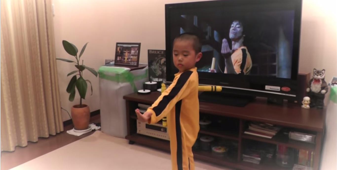 Garoto Imita Com Perfeição Famosa Cena De Bruce Lee…