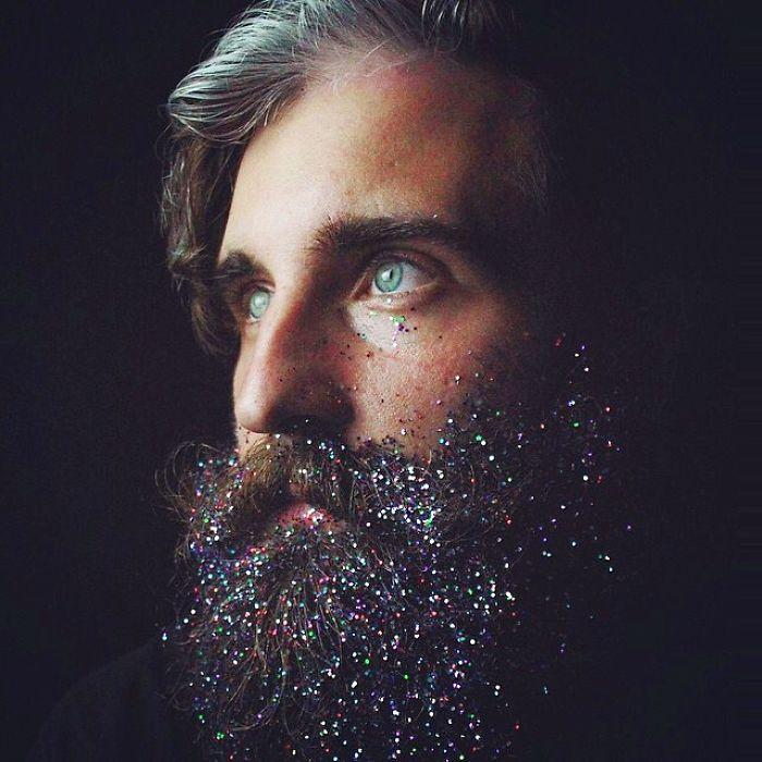 homens-com-glitter-na-barba-no-natal-1