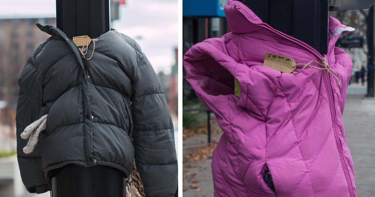 Crianças Amarram Casacos Em Postes Para Ajudar Os Desabrigados Durante o Inverno