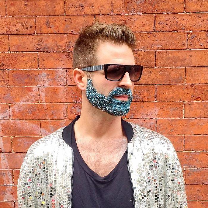 homens-com-glitter-na-barba-no-natal-10