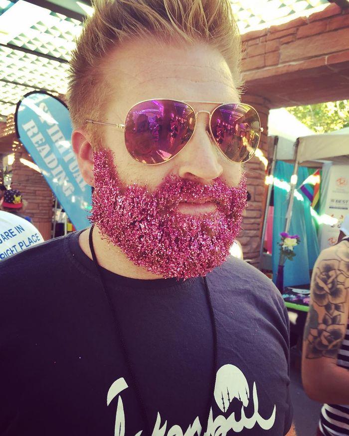 homens-com-glitter-na-barba-no-natal-11