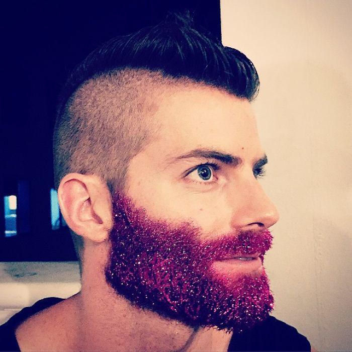 homens-com-glitter-na-barba-no-natal-14