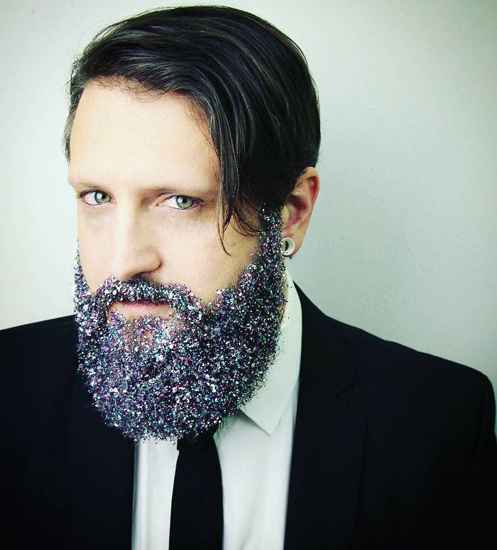 homens-com-glitter-na-barba-no-natal-8