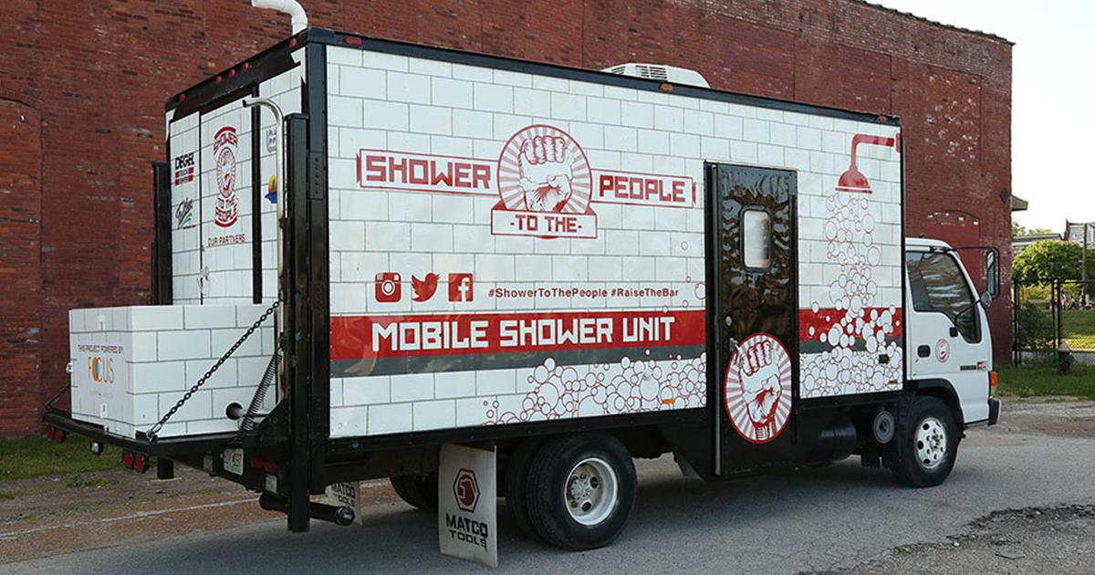 Homem Transforma Caminhão Antigo Em Chuveiro Móvel Para Desabrigados