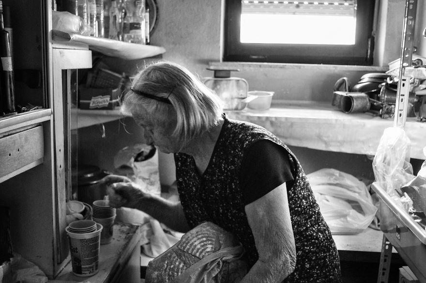 segui-a-minha-avo-de-83-anos-em-torno-de-sua-fazenda-por-um-dia-33