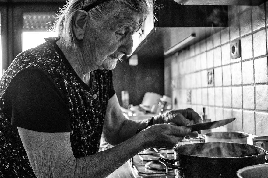 segui-a-minha-avo-de-83-anos-em-torno-de-sua-fazenda-por-um-dia-35