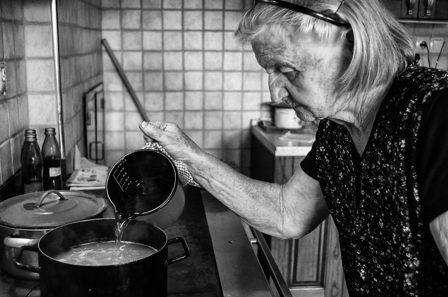 segui-a-minha-avo-de-83-anos-em-torno-de-sua-fazenda-por-um-dia-36