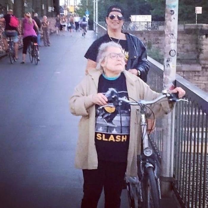 The Old Lady Is A Slash Fan, But She Doesn't Know Slash Is Standing Behind Her