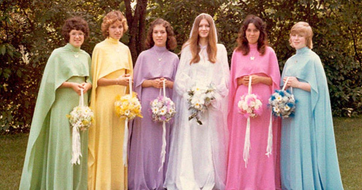 10 vestidos de dama de honra ridículos que mostram quanto a moda mudou