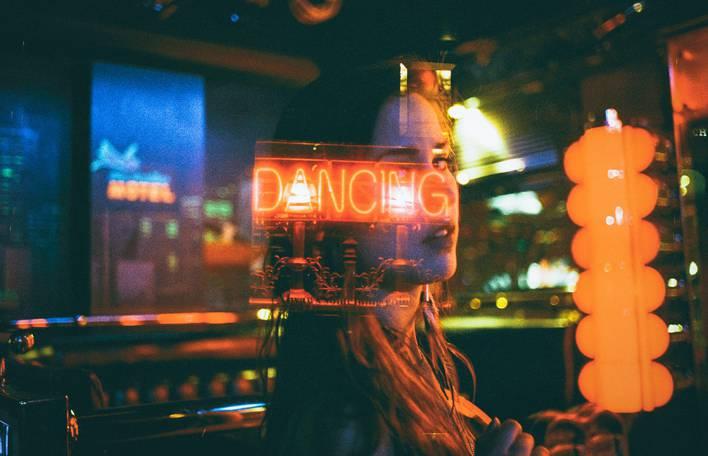 Tontura noturna, luzes de néon e poesia analógica