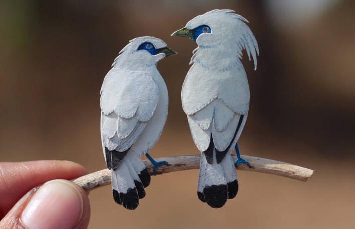 Aves em miniatura coloridas com aquarela por artistas de papel indianos