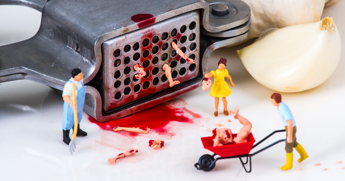 Artista organiza objetos do dia a dia para criar mundos em miniatura peculiares