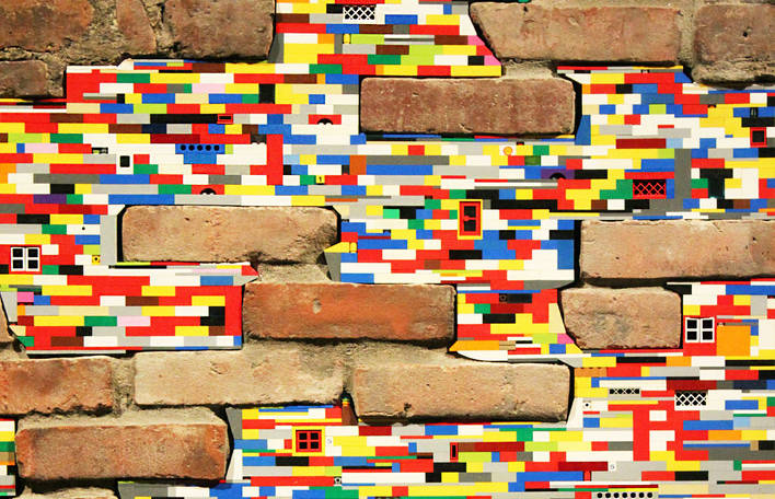 Artista espalha pela cidade reparos coloridos feitos de LEGO