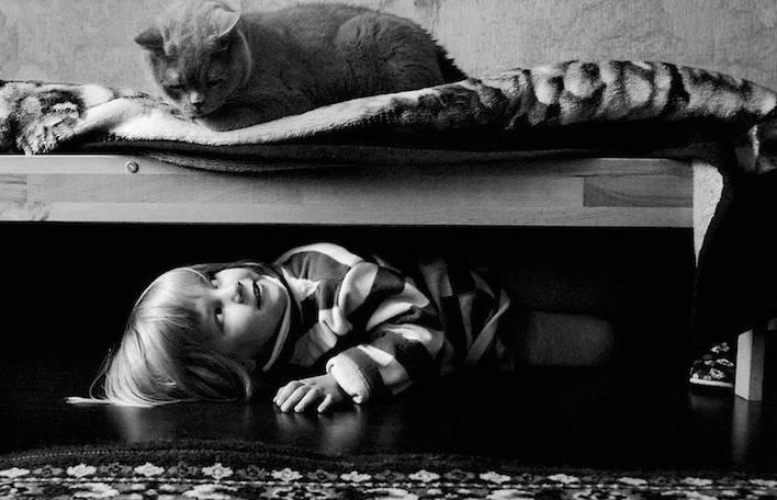 Série de fotos adoráveis ilustra a cumplicidade da amizade de uma garotinha e seu gato