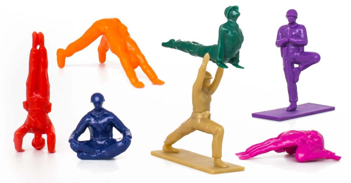 Pequenos soldados de brinquedo nas cores do arco-íris e em posições perfeitas de yoga