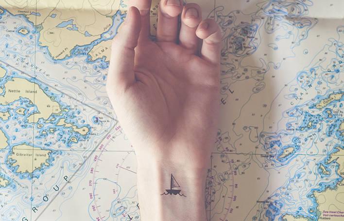 9 tatuagens minúsculas com fundos correspondentes