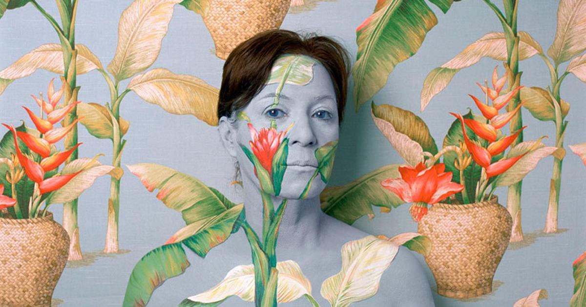 Artista mistura seu corpo em fundos florais como um camaleão. É hipnotizante!