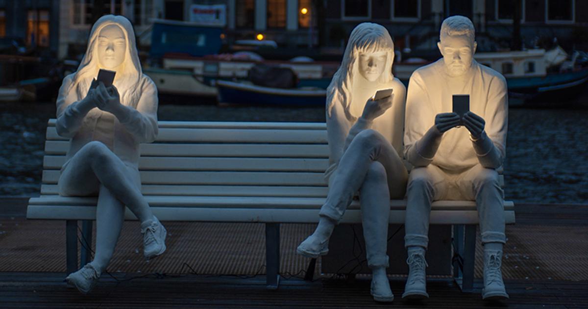 Artista britânico criou esta escultura para destacar nossa obsessão com smartphones
