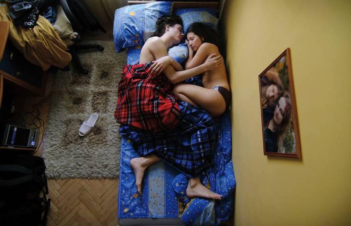 Série de retratos muito tocantes mostra casais grávidos dormindo