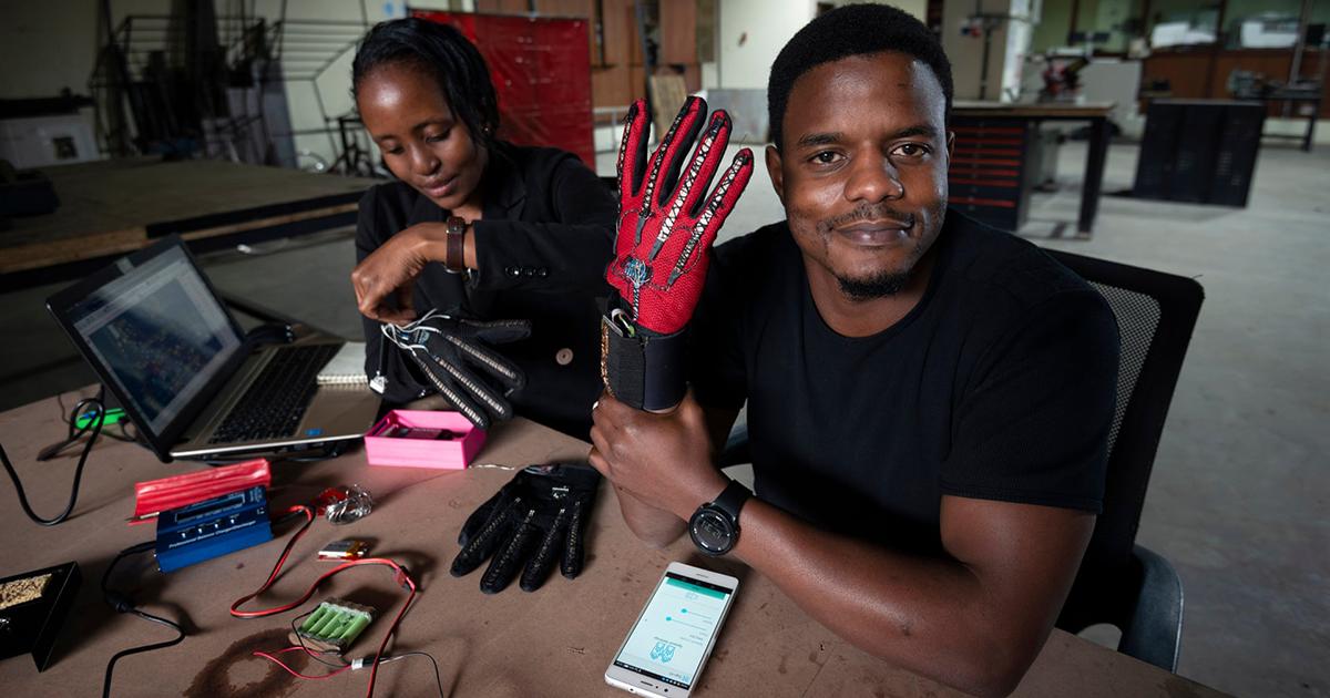 Queniano de 25 anos inventou luvas inteligentes que convertem linguagem de sinais em fala de áudio