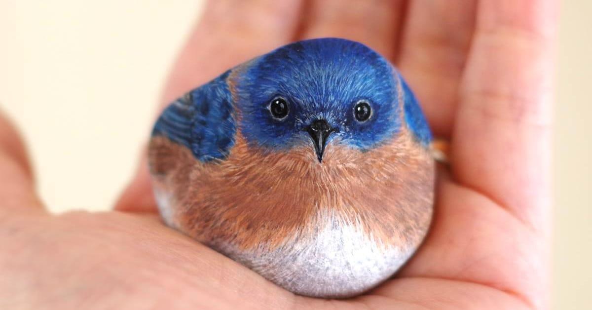 Artista transforma pedras em animais que cabem na palma da sua mão