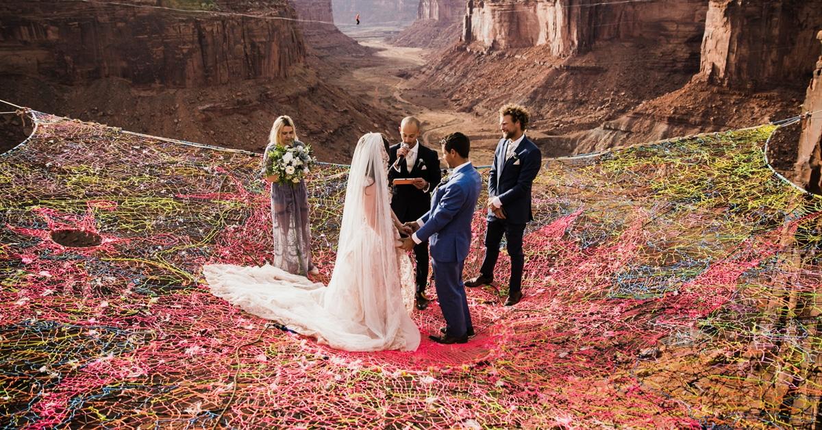 Casal de aventureiros desafia a gravidade ao se casar nas alturas