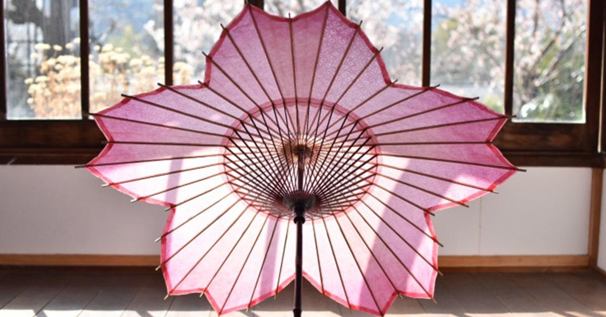 Este guarda-chuva em forma de sakura foi projetado para a temporada de flores de cerejeira do Japão