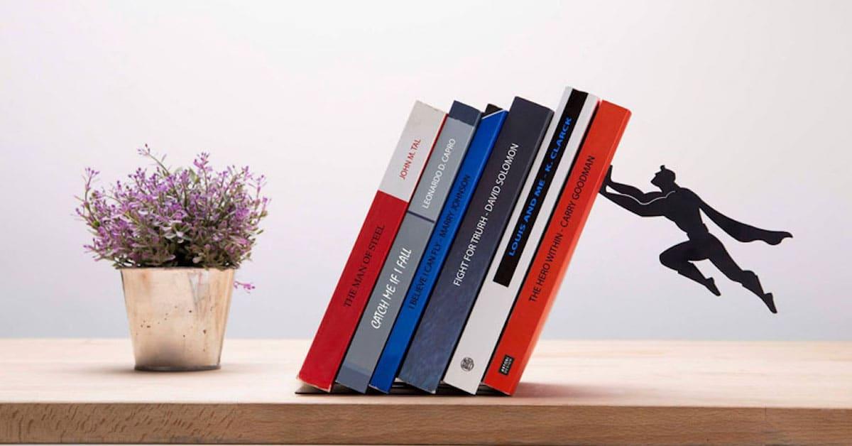 Super-heróis flutuam no ar para salvar seus livros de cair nestes suportes para livros