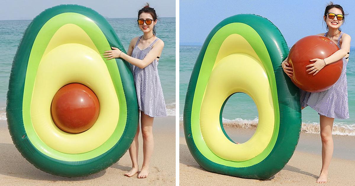 Uma bóia de piscina em forma de abacate com caroço, quer dizer, com bola removível