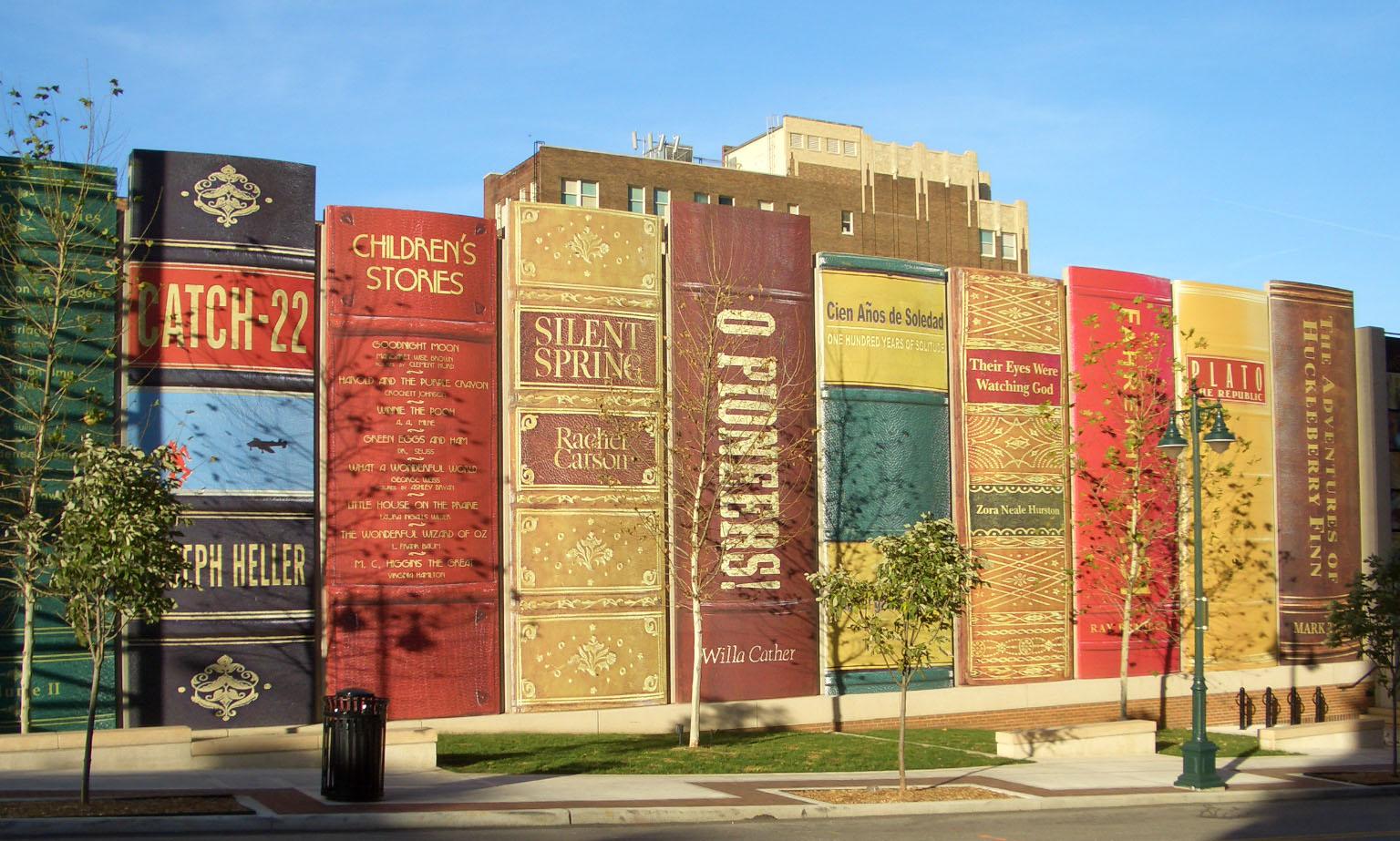 Biblioteca municipal inova na decoração com livros gigantes