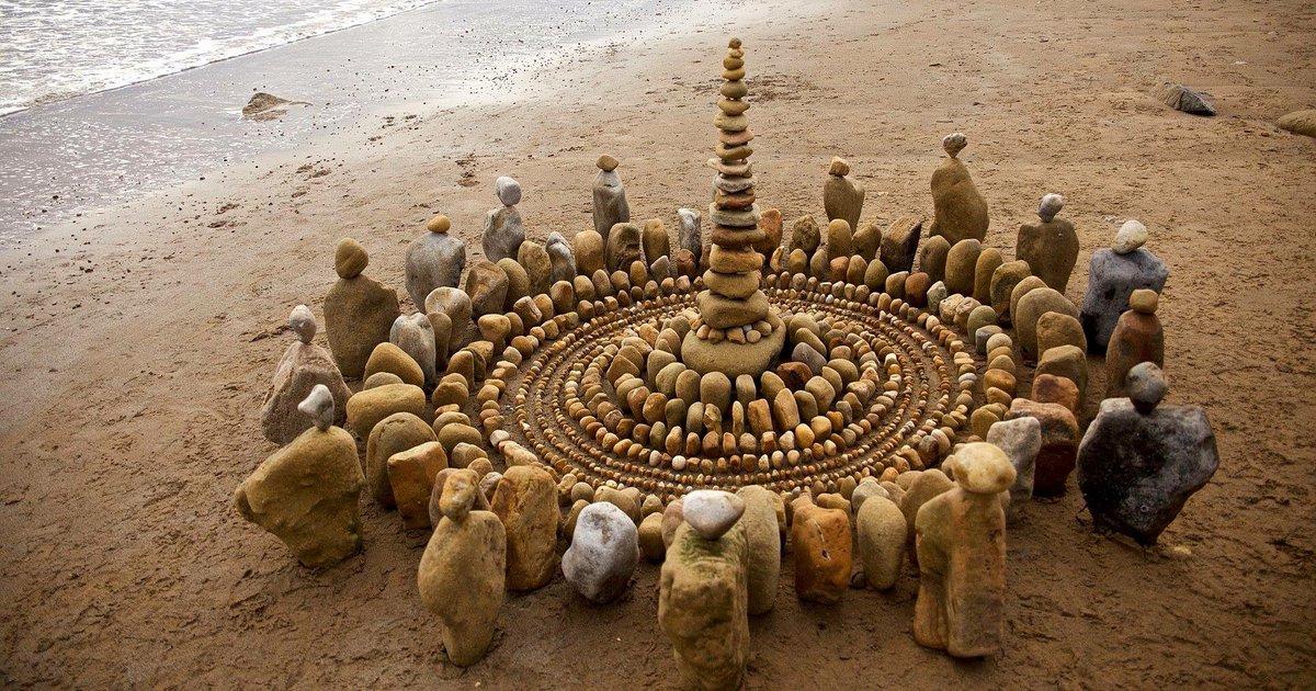 Artista organiza folhas e rochas para criar obras de arte muito elaboradas