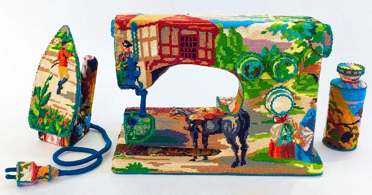 Objetos domésticos esquecidos camuflados em ponto de cruz por artista suíça