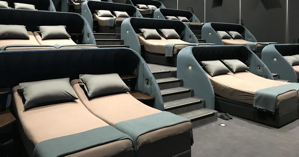Este cinema substituiu todos seus assentos por camas duplas