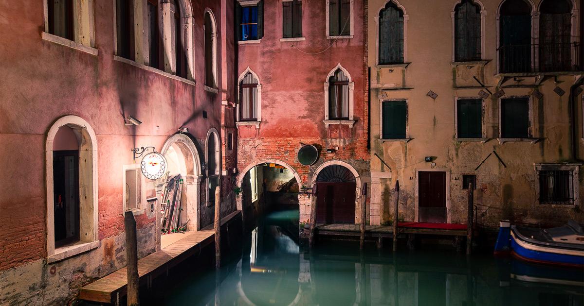 Canais calmos e janelas fechadas mostram o lado adormecido de Veneza à noite