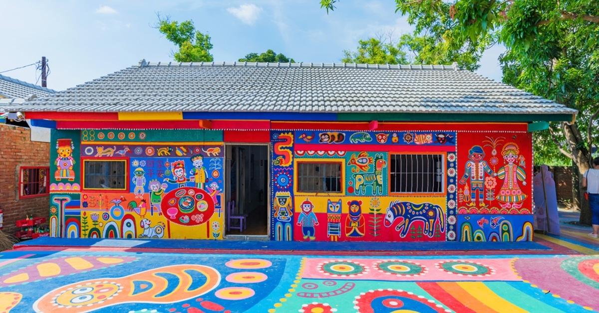 Avô de 97 anos salva sua aldeia com pinturas coloridas nas construções