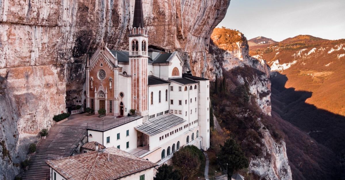 Descubra esta igreja italiana do século XVI que foi construída ao lado de um penhasco