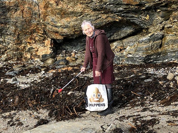Esta vovó de 70 anos limpou 52 praias em um ano depois de assistir a um documentário sobre poluição plástica
