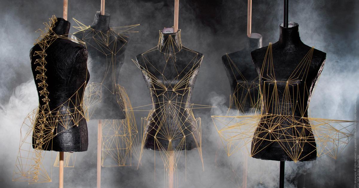Vestidos e acessórios geométricos criados inteiramente com fios de spaghetti