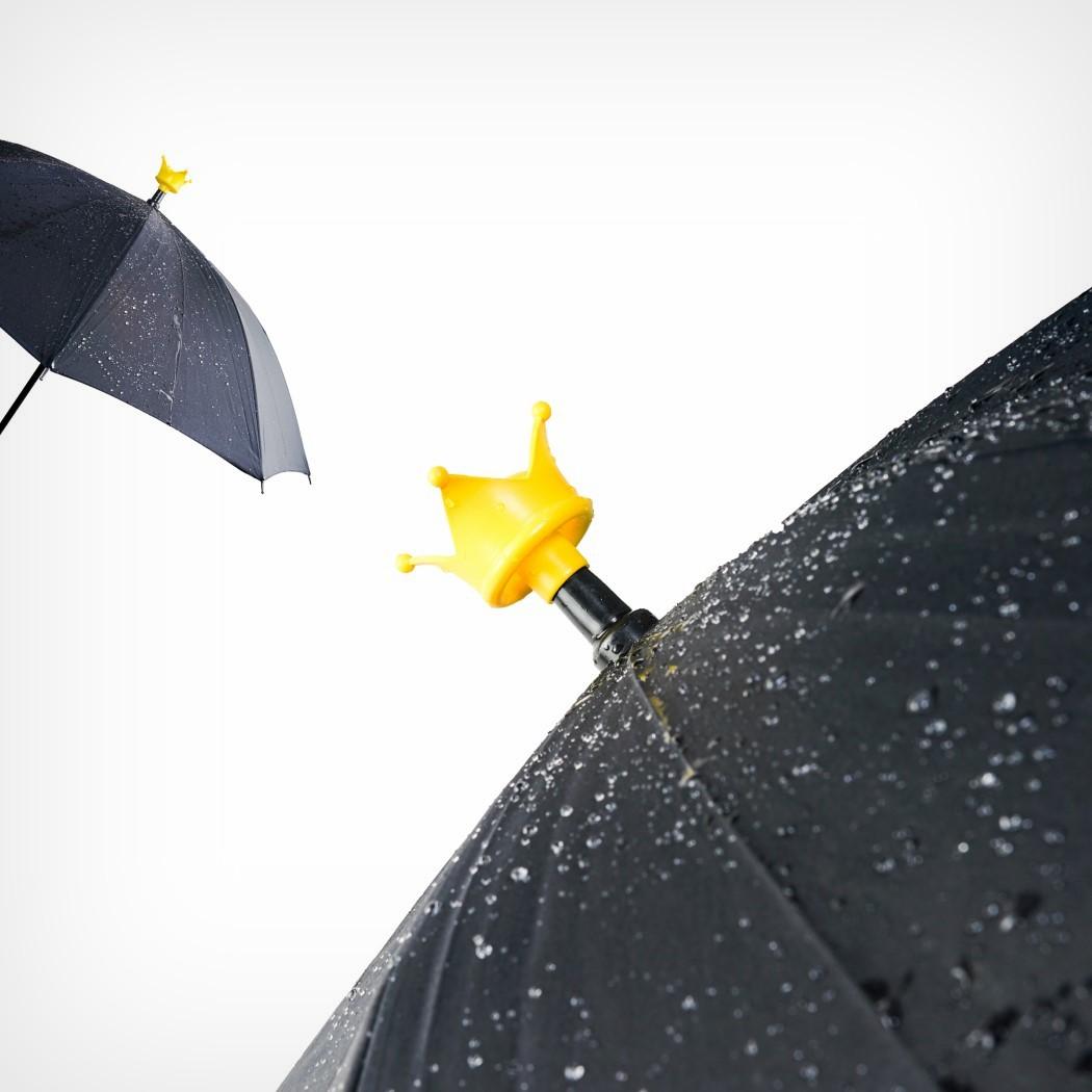 Esta coroa recolhe toda a água do seu guarda chuva ao colocá-lo de cabeça para baixo
