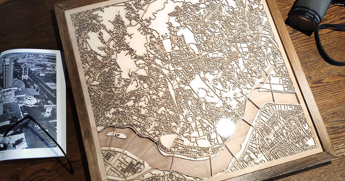 Artista cria mapas de madeira personalizados que se parecem com arte moderna abstrata