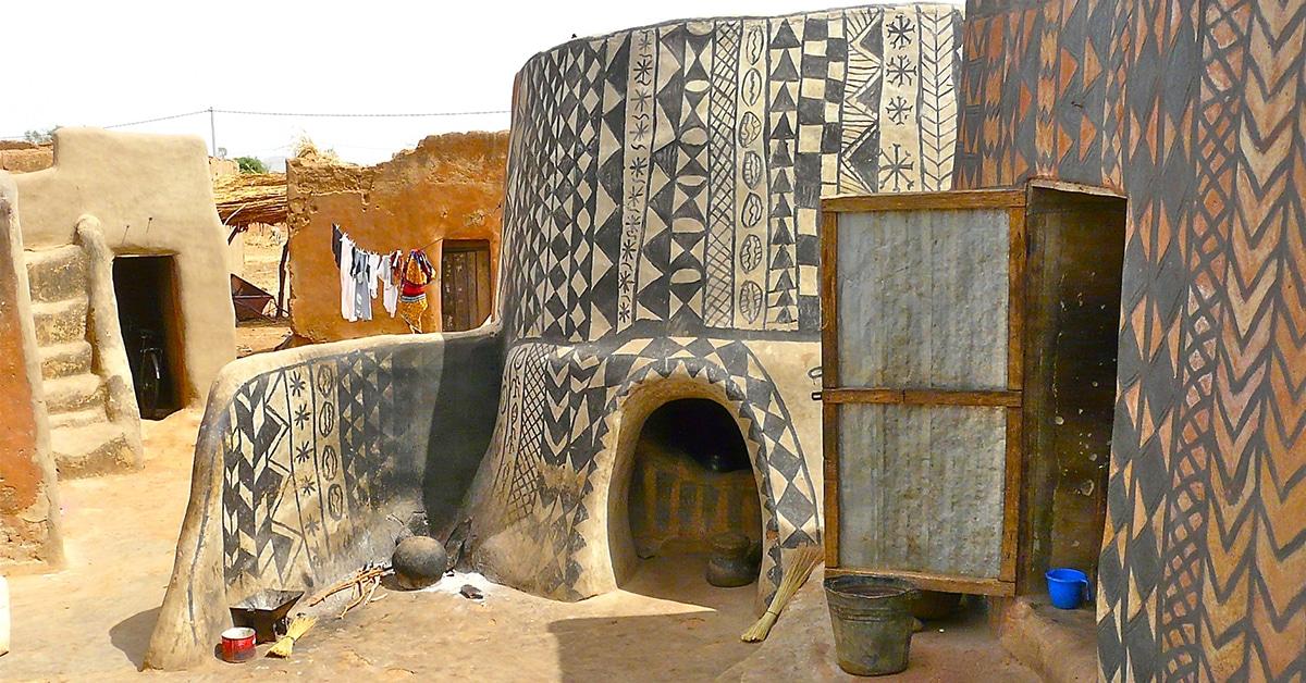 Fotógrafos ganham acesso a aldeia africana onde cada casa é uma obra de arte